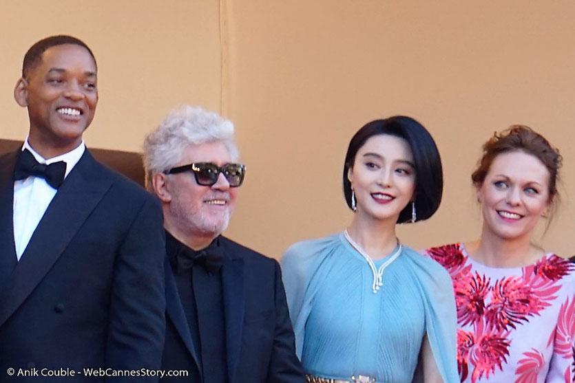 Pedro Almodóvar, président du Jury du 70e Festival de Cannes, entouré de Fan Bingbing et Maren Ade et Will Smith, en haut des marches du Palais, pour assister à la cérémonie d'ouverture du 70e Festival de Cannes  -Festival de Cannes 2017 - Photo © Anik Co
