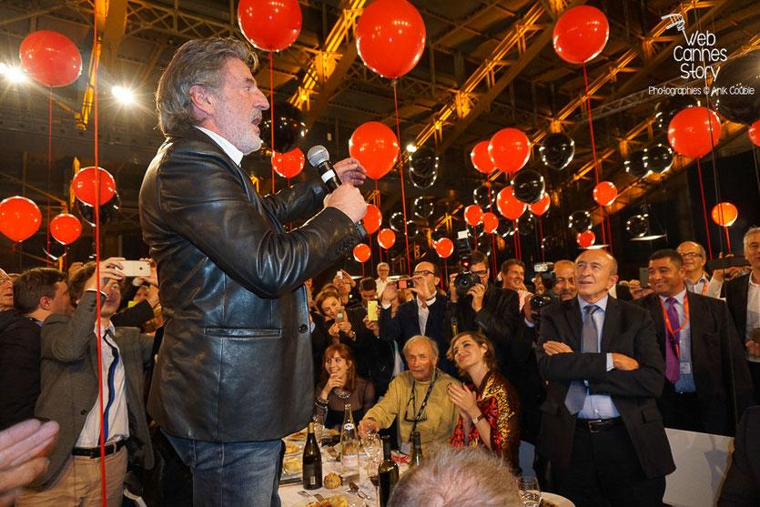 Beau moment de convivialité avec Daniel Auteuil et les invités de la table d'honneur, lors du diner d'ouverture du Festival Lumière 2015 - Lyon - Photo © Anik COUBLE
