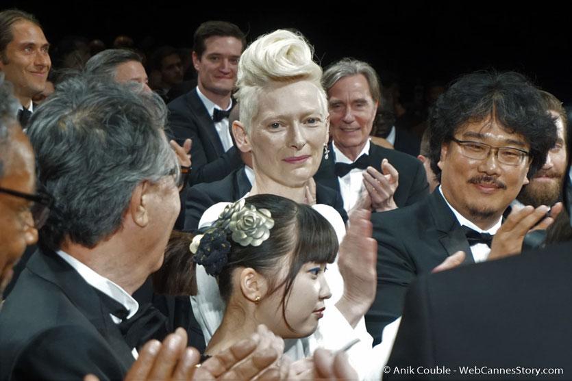 Tilda Swinton, entourée de Bong Joon Ho, Seo-Hyun Ahn, lors de la projection du film Okja, de Bong Joon Ho - Festival de Cannes 2017 - Photo © Anik Couble