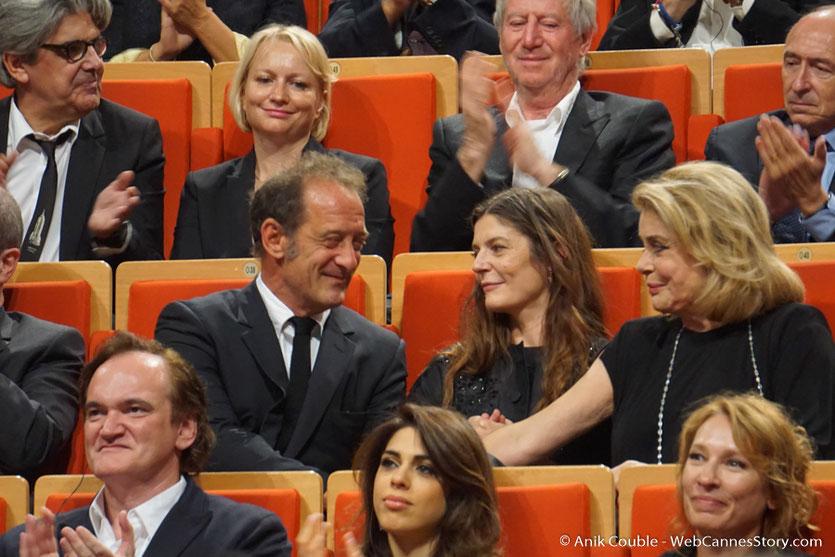Catherine Deneuve remerciant Vincent Lindon pour son discours - Cérémonie de remise du Prix Lumière - Amphithéâtre 3000 - Lyon - Oct 2016 - Photo © Anik Couble