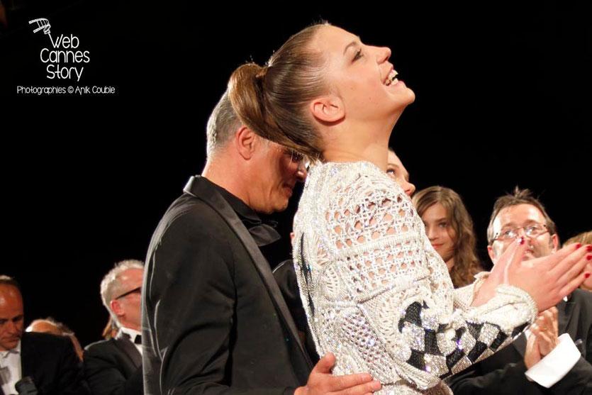Abdellatif Kechiche et Adèle Exarchopoulos, lors la projection, du film «La Vie d'Adèle» d' Abdellatif Kechiche - Festival de Cannes 2013 - Photo © Anik COUBLE