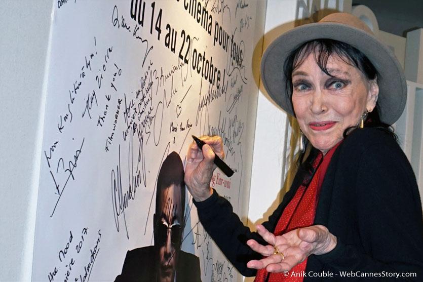 """Anna Karina, invitée de """"La Grande Emission"""" de Radio Lumière, signant l'affiche du Festival - Festival Lumière 2017 - Lyon - Photo © Anik Couble"""