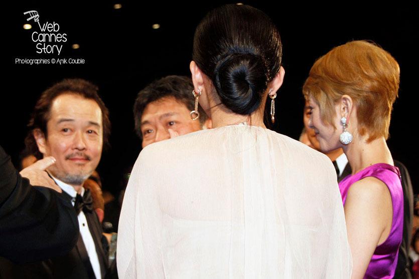 """Lily Frank, Kore-Eda Hirokazu, le réalisateur du film japonais """"Tel père, tel fils"""", Shogen Hwang et Machiko Ono (de dos) - Festival de Cannes 2013 - Photo © Anik COUBLE"""