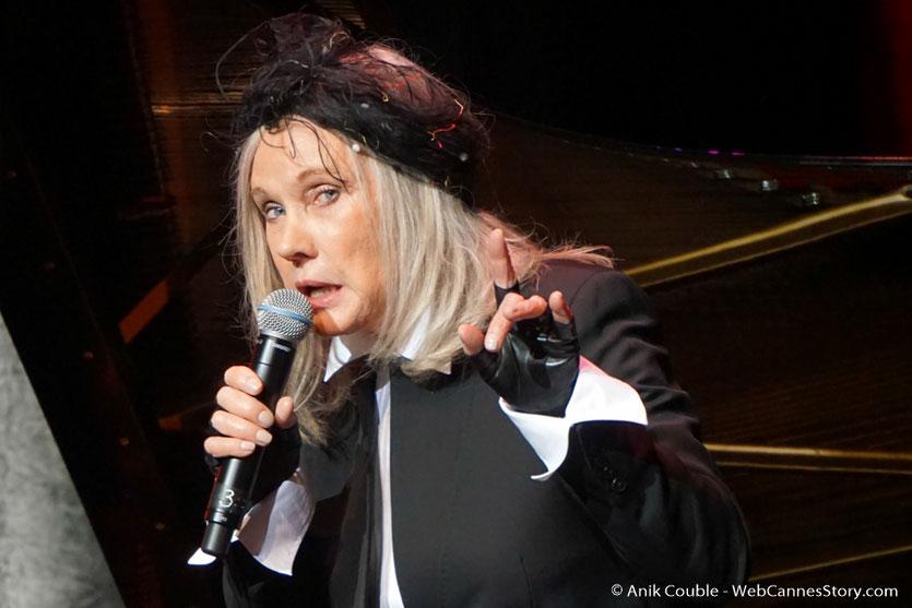 Diane Dufresne, chantant La Bohême, en hommage à Charles Aznavour, présent dans la salle, lors de la cérémonie de remise du Prix Lumière, à Wong Kar-wai - Festival Lumière 2017 - Lyon  - Photo © Anik Couble