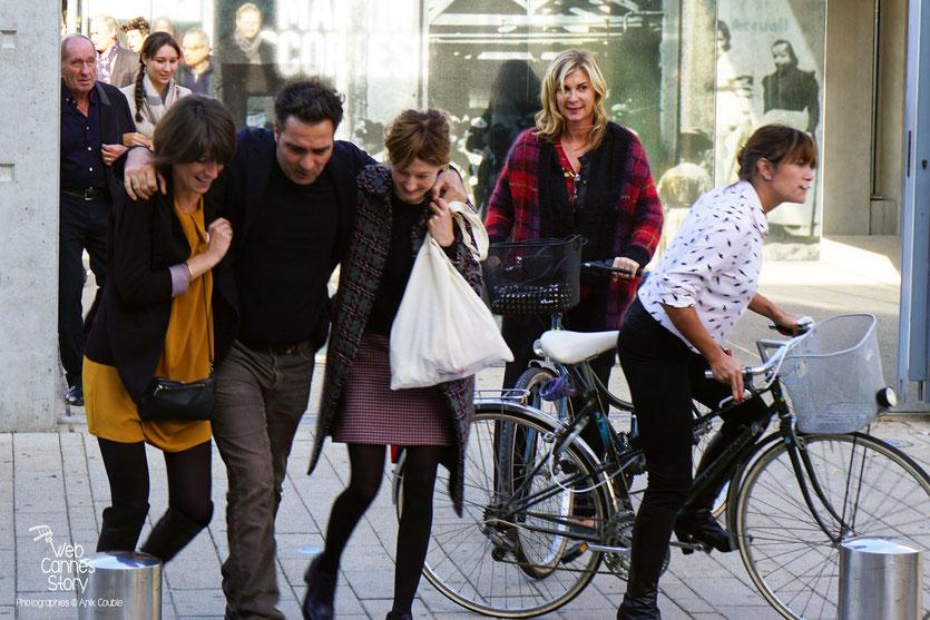 """Max Lefrancq-Lumière, petit-fils de Louis Lumière, avec à son bras Maïté Palazzolo, au dernier plan, ainsi que Michèle Laroque et Emma de  Caunes, au,premier plan, lors du Remake de """"Sortie d'Usine"""" -  Lyon - Festival Lumière 2015 - Photo © Anik COUBLE"""