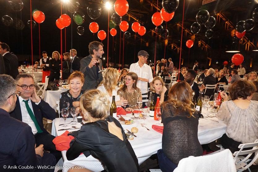 Moment d'échange et de détente à la table du cinéma français, lors du dîner d'ouverture du Festival Lumière 2017, à Lyon - Photo © Anik Couble