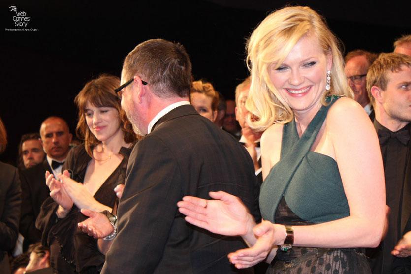 """Kirsten Dunst, Lars Von Trier et Charlotte Gainsbourg,  lors de la projection de """"Melancholia"""" de Lars Von Trier - Festival de Cannes 2011 - Photo © Anik Couble"""