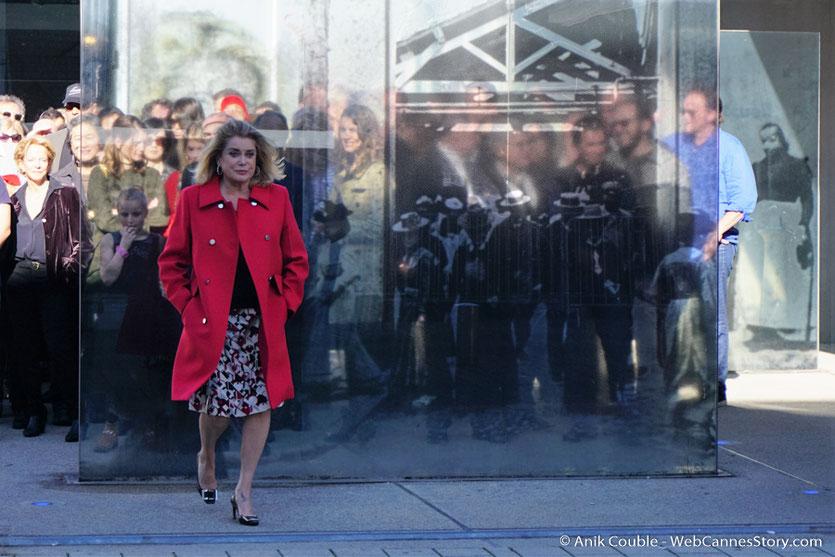"""Catherine Deneuve,  lors du remake de """"Sortie d'Usine"""",  dirigé par Costa Gavras - Festival Lumière - Lyon - Octobre 2016 - Photo © Anik Couble"""