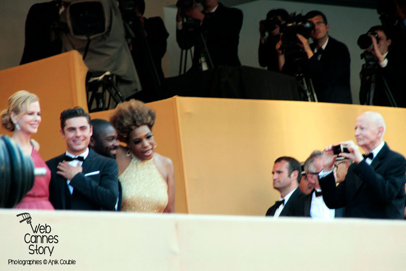 Gilles Jacob, Photographiant Nicole Kidman et Zach Efron, en haut des marches - Festival de Cannes 2012 - Photo © Anik COUBLE