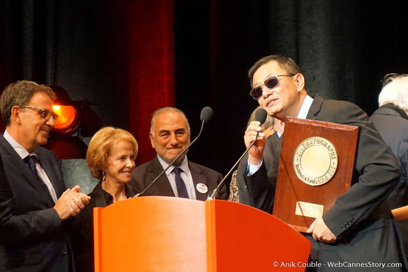 Wong Kar-wai, prononçant un discours de remerciement, lors de la cérémonie de remise de son Prix Lumière - Festival Lumière 2017 - Lyon - Photo ©