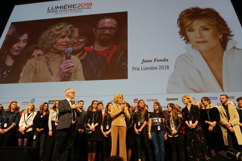 Jane Fonda, sur scène, entourée de Thierry Frémaux, de la formidable l'équipe de l'Institut Lumière et des 700 bénévoles - Clôture du Festival Lumière 2018 - Lyon - Photo © Anik Couble
