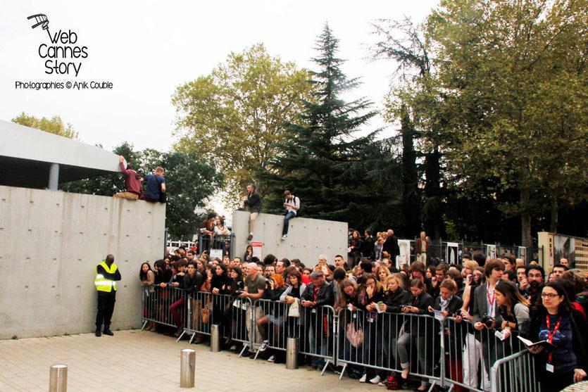 La foule, venue nombreuse, assister au remake de la sortie des usines Lumière - Festival Lumière - Lyon - Octobre 2013 - Photo © Anik COUBLE