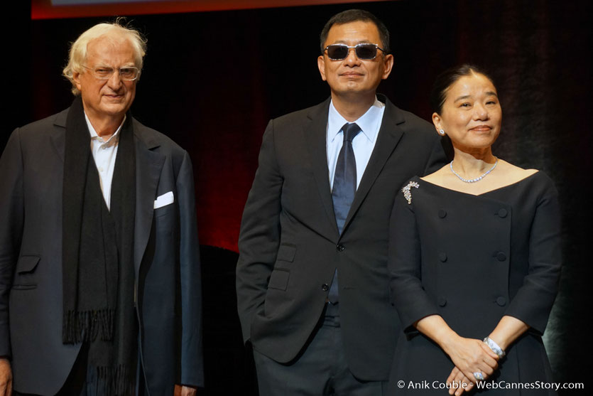 Bertrand Tavernier, aux côtés de Wong Kar-wai et sa femme Esther lors de la cérémonie de remise du Prix Lumière,  à Wong Kar-wai - Festival Lumière 2017 - Lyon  - Photo © Anik Couble
