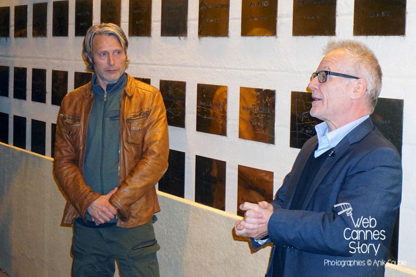 Mads Mikkelsen et Thierry Fremaux, devant le mur des réalisateurs, sur lequel a été posée la plaque de Nicolas Winding Refn - Festival Lumière 2015 - Lyon - Photo © Anik COUBLE