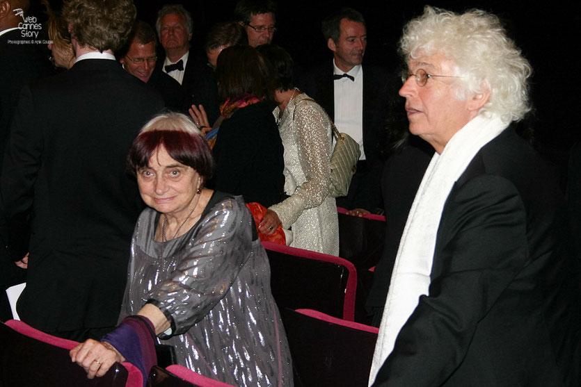 """Agnès Varda et Jean-Jacques Annaud, dans le public, lors de la projection du film """" La Princesse de Montpensier """"  de Bertrand Tavernier - Festival de Cannes 2010 - Photo © Anik Couble"""