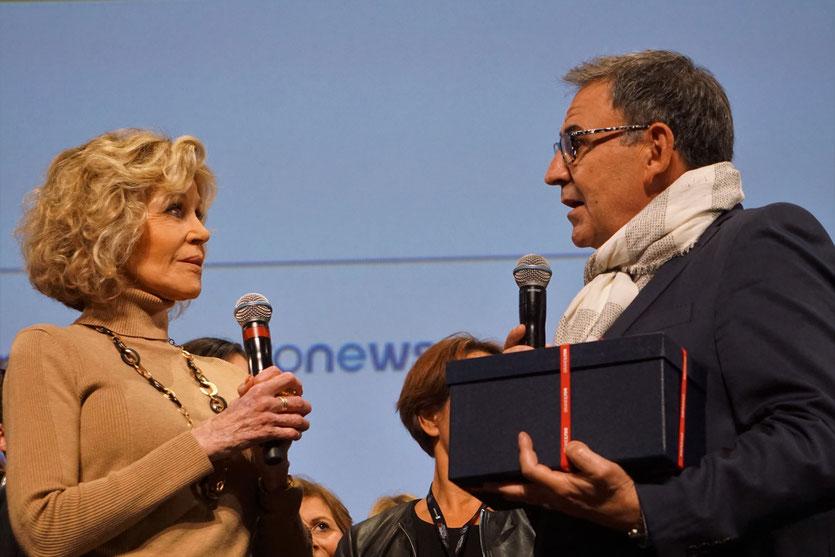 David Kimelfeld, président de la métropole, s'apprête à remetrre à Jane Fonda,  le « lion de Lyon »,  lors de la cérémonie de clôture du Festival Lumière 2018 - Lyon - Photo © Anik Couble