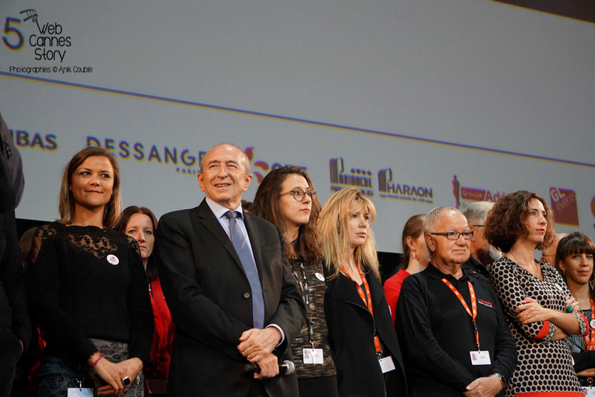 Gérard Collomb, entouré des bénévoles - Clôture du Festival Lumière 2015 - Lyon  - Photo © Anik COUBLE