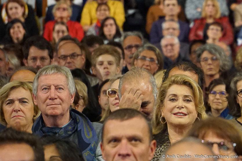 Catherine Deneuve et Régis Wargnier,  au milieu du public, lors de la cérémonie de Clôture du Festival Lumière 2016  - Halle  Tony Garnier de Lyon - Photo © Anik Couble