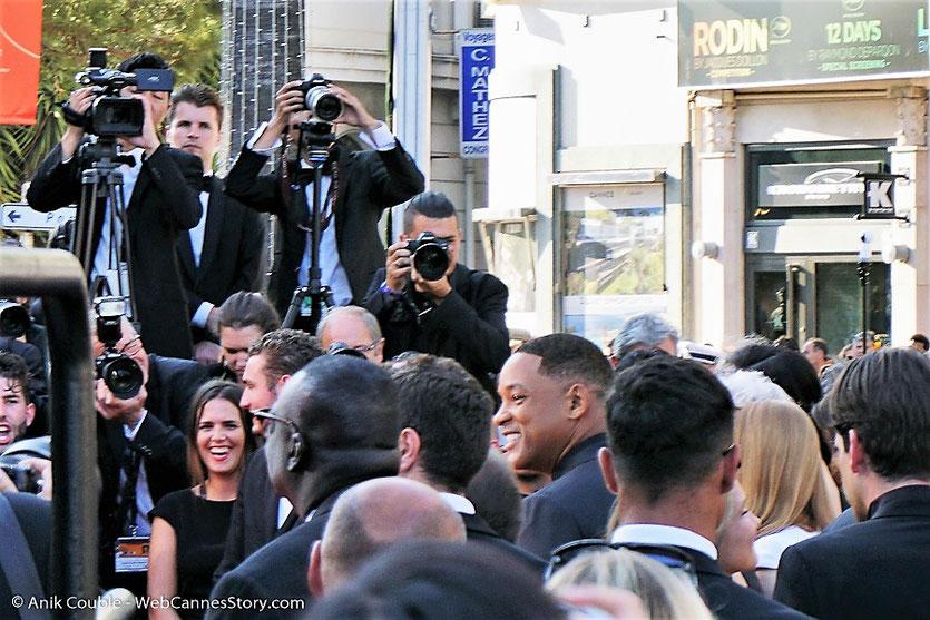 Bain de foule de Will Smith, lors de la dernière montée des marches du 70eme Festival de Cannes - Festival de Cannes 2017 - Photo © Anik Couble