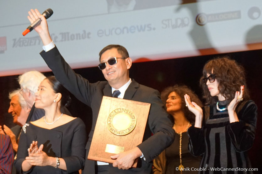 Wong Kar-wai,  entouré d'Isabelle Adjani et de sa femme Esther à laquelle il a dédié son Prix, lors de la cérémonie de remise de son Prix Lumière - Festival Lumière 2017 - Lyon  - Photo © Anik Couble