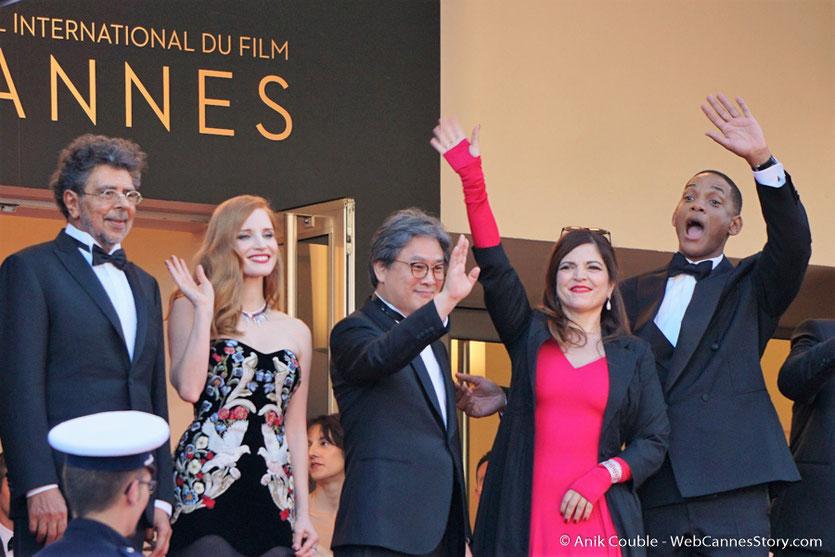 Gabriel Yared, Jessica Chastain, Park Chan-wook, Agnès Jaoui et Will Smith, membres du jury, saluant le public, avant la cérémonie d'ouverture du 70e Festival de Cannes - Festival de Cannes 2017 - Photo © Anik Couble