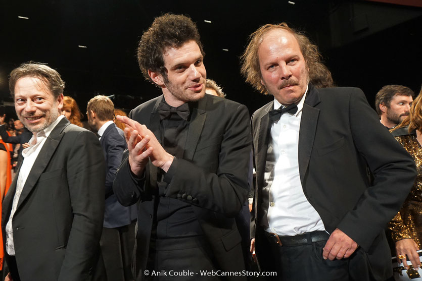 Serge Moati, entouré de Mathieu Amalric et Philippe Katerine, lors de la projection du film, de Gilles Lellouche, Le grand bain, présenté, le 13 mai 2018, hors compétition - Festival de Cannes 2018 - Photo © Anik Couble