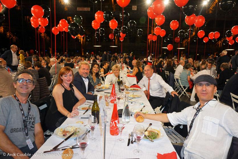 Ma table d'amis, dont Loulou Dedola, Gégé, Max et Michèle Lefrancq-Lumière, Eric Lefrancq-Lumière et sa compagne Sandra, lors du dîner d'ouverture du Festival Lumière 2017, à Lyon - Photo © Anik Couble