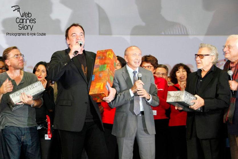 Quentin Tarantino, entouré de Tim Roth, Gérard Collomb, Harvey Keitel et Bertrand Tavernier et Gérard Collomb, sur la scène de la Halle Tony Garnier - Clôture du Festival Lumière - Lyon - 2013 - Photo