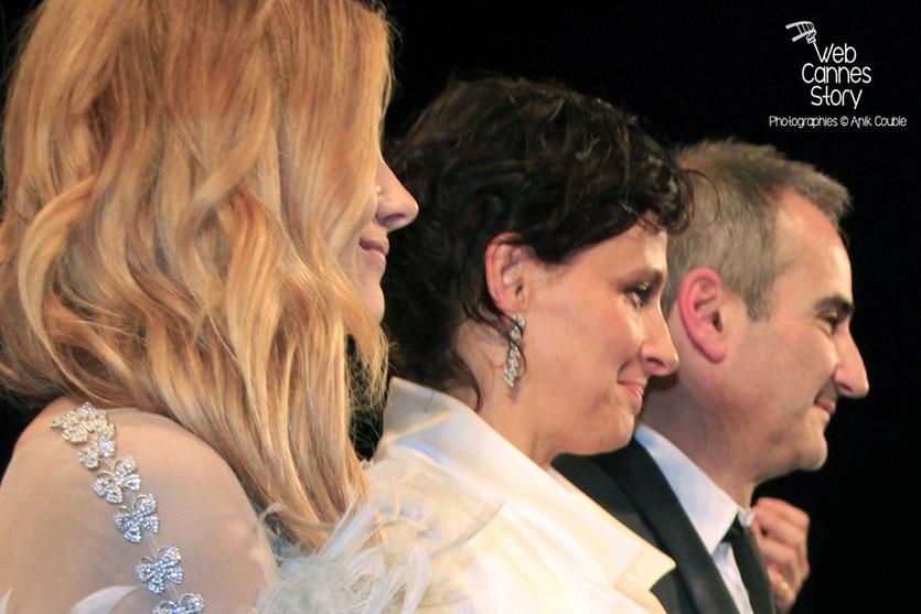 Chloë Moretz, Juliette Binoche et Olivier Assayas, lors de la présentation du film «Sils Maria» d'Olivier Assayas - Festival de Cannes 2014 - Photo © Anik COUBLE