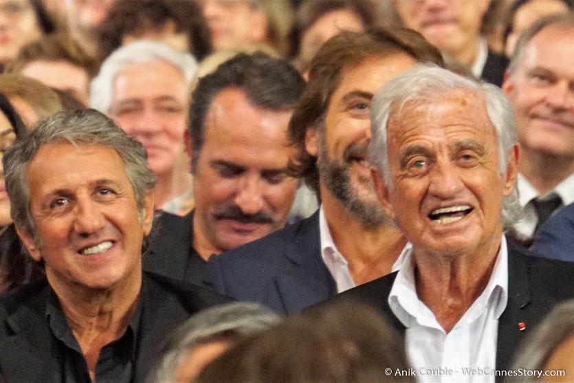 Jean-Paul Belmondo, entouré de Richard Anconina, Monica Bellucci et Jean Dujardin, lors de la cérémonie d'ouverture du Festival Lumière 2018, à Lyon