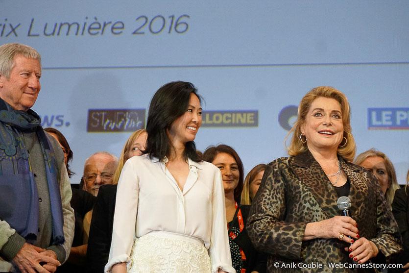 Catherine Deneuve, en compagnie de Linh-Dan Pham et Régis Wargnier,  lors de la cérémonie de Clôture du Festival Lumière 2016  - Halle Tony Garnier de Lyon - Photo © Anik Couble