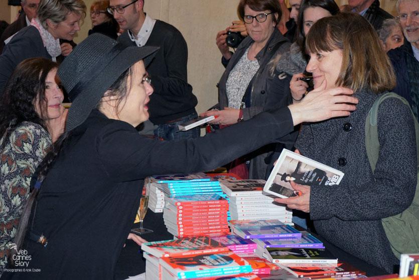 Echange très chaleureux entre Amélie Nothomb et une des ses lectrices - Quais du Polar 2016 - Lyon - Photo © Anik Couble