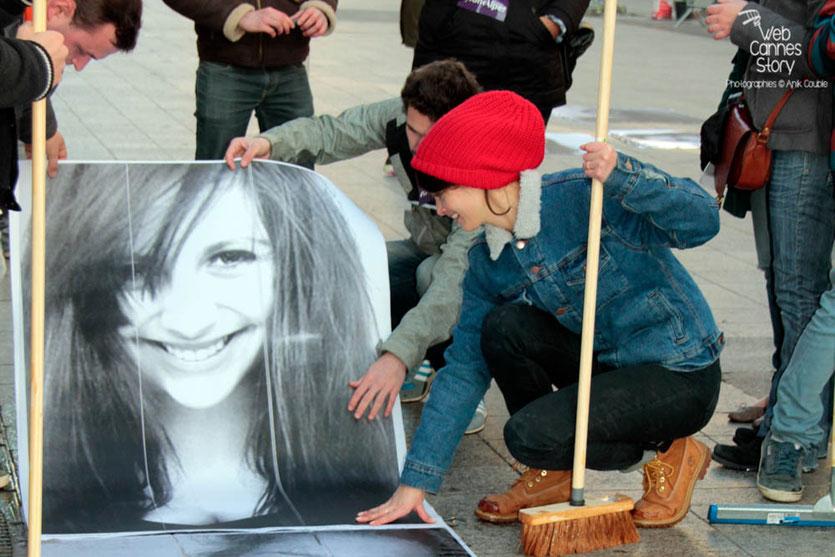 """Charlotte Le Bon, en plein travail, entourée des participants du projet """"Inside Out"""" de l'Artiste JR - Lyon  Déc 2013 - Photo © Anik COUBLE"""