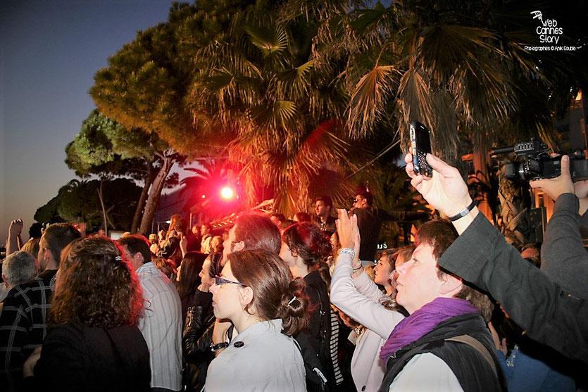 La foule venue nombreuse,  pour le concert live d'Indochine, au Grand Journal de Canal  +  Festival de Cannes 2010 - Photo © Anik Couble