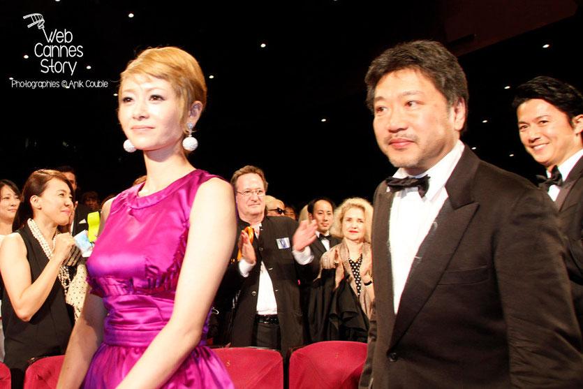 """Le réalisateur Kore-Eda Hirokazu entouré de Shogen Hwang et Masaharu Fukuyama, lors de la projection du film japonais """"Tel père, tel fils""""  - Festival de Cannes 2013 © Anik COUBLE"""