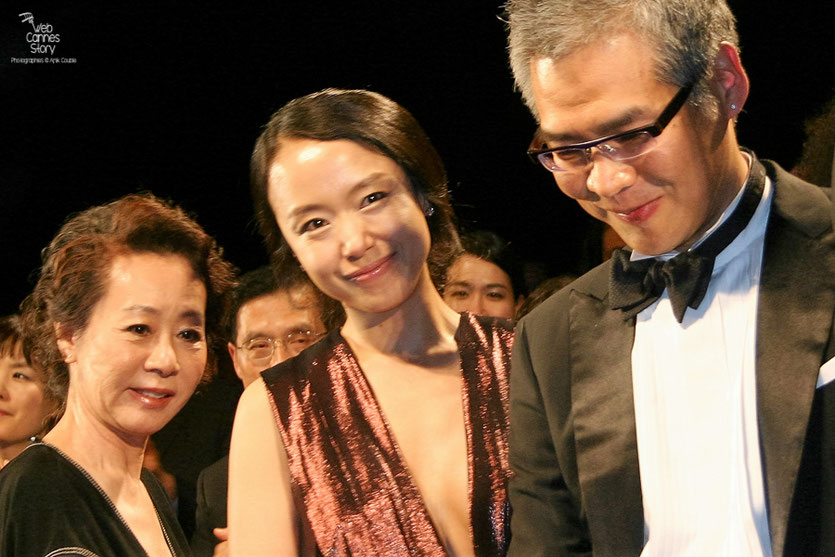 "Im Sang Soo et ses actrices, Jeon Do-yeoun et  Youn Yuh Jung, lors de la projection de son film ""The Housemaid"" - Festival de Cannes 2010 - Photo © Anik Couble"