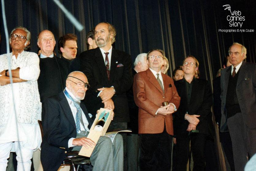 André de Toth, (assis) - USA, entouré de Mrinal Sen (Bangladesh), Jean- Pierre Ameris (France), Miguel Littin (Chili), Jean-Charles Tacchella (France) et Jacques Deray (France) - Cérémonie du centenaire du Cinéma  - Lyon - 1995 © Anik COUBLE