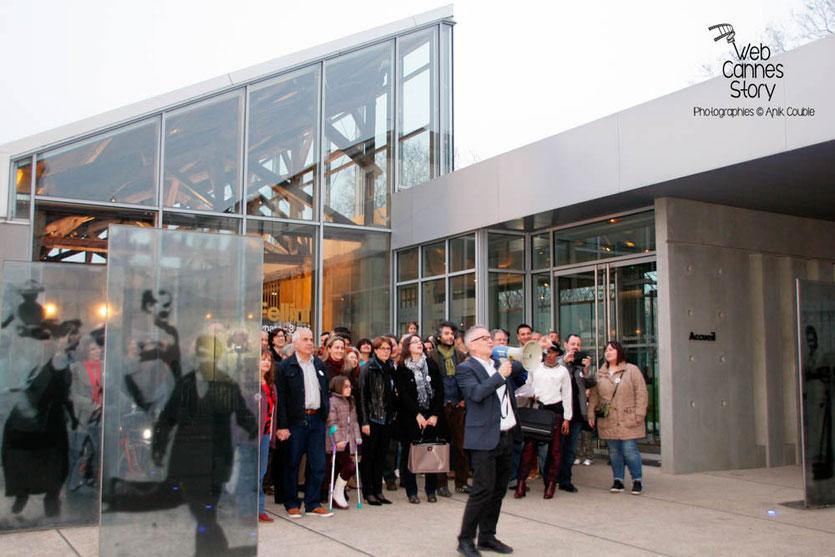 """Tournage du remake de """" Sortie d'Usine """" à l' Institut Lumière, pour célébrer les 120 ans du Cinéma, ici, Thierry Frémaux dirigeant, au porte-voix, les figurants lyonnais - Lyon - 19 mars 2015 - Photo © Anik COUBLE"""