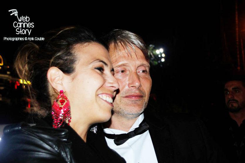 Mads MIKKELSEN,  se prêtant au jeu du selfie avec une de ses fans - Festival de Cannes 2015 - Photo © Anik COUBLE
