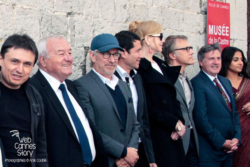 Cristian Mungiu, Bernard Brochand, Maire de Cannes, Steven Spielberg, Président du Jury, David Lisnard (mairie de Cannes) Nicole Kidman, Christopher Waltz, Daniel Auteuil et Vidya Balan - Festival de