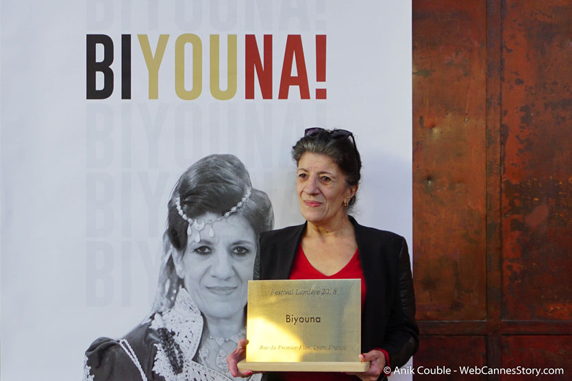Biyouna, , la très populaire actrice algérienne, avec la plaque à son nom qui lui a été remise,  lors du Festival  Lumière 2018 - Lyon - Photo © Anik Couble