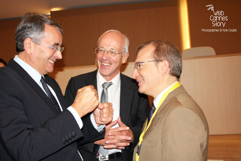 Jean-Jack Queyranne et Bernard Soulage, en conversation avec le représentant italien, lors de la conférence européenne des Régions pour le climat - Lyon - 0ctobre 2011 © Anik COUBLE