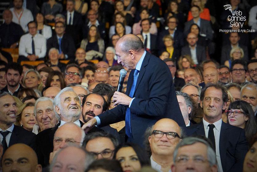 Bel élchange entre Gérard Collomb et Jean-Paul Belmondo, lors de la cérémonie d'ouverture du Festival Lumière 2015 - Lyon - Photo © Anik COUBLE