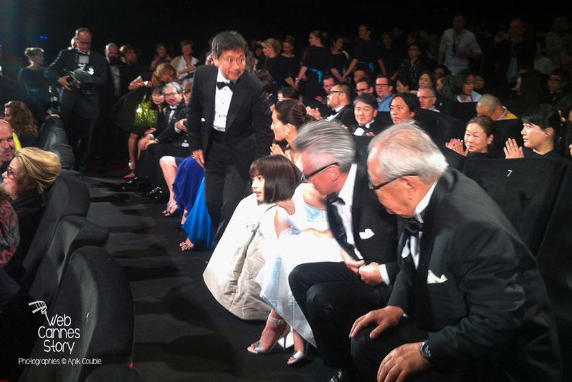 """Hirokazu KORE-EDA, entouré de ses actrices, lors de la projection de son film """" Notre petite soeur """" - Festival de Cannes 2015 - Photo © Anik COUBLE"""
