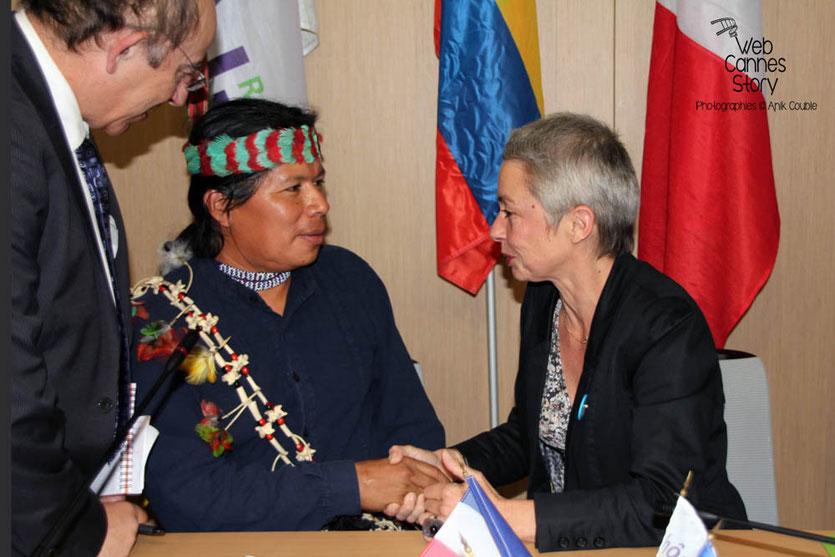José Gualinga, représentant  la communauté Quechua Sarayaku en Equateur et Véronique Moreira - Lyon - 0ctobre 2011  © Anik COUBLE