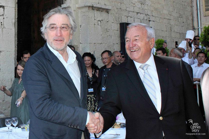 Robert de Niro, Président du Jury, accueilli par Bernard Brochand, le maire de Cannes - Festival de Cannes 2011 - Photo © Anik Couble
