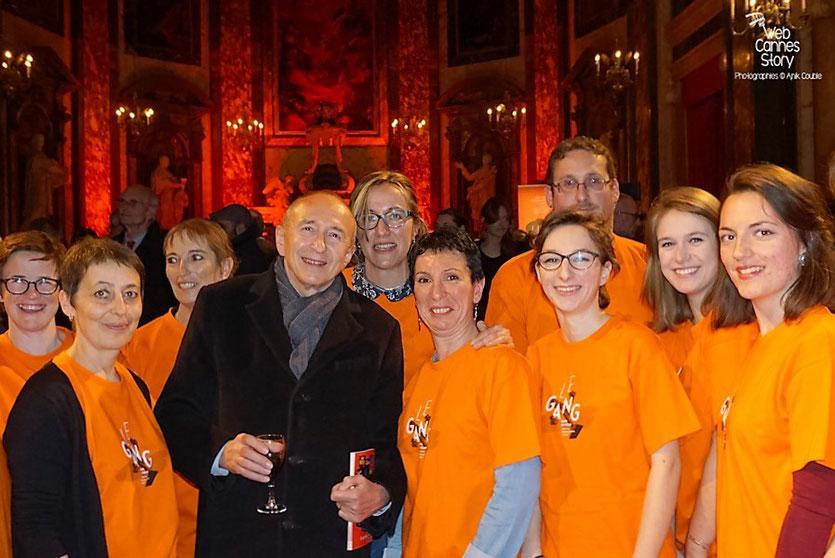 Gerard Collomb, entouré des bénévoles, lors du cocktail d'ouverture à la Chapelle de la Trinité - Quais du Polar 2016 - Lyon - Photo © Anik Couble