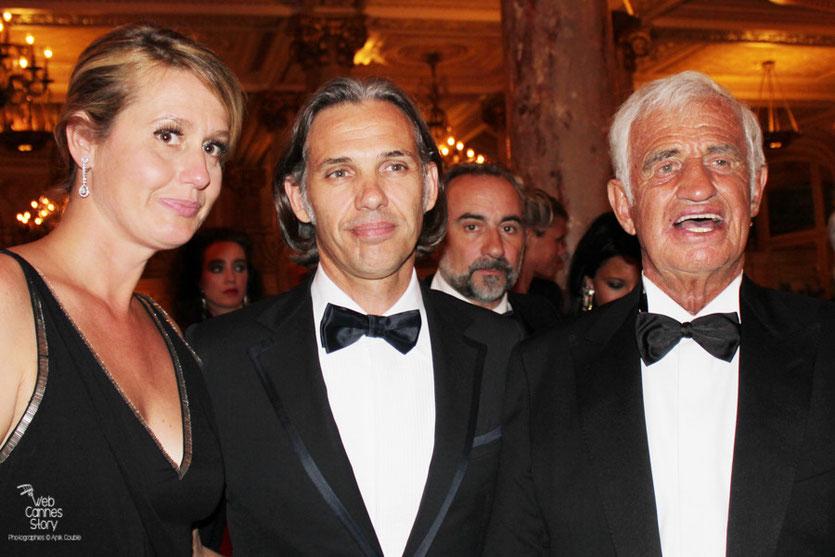 Jean-Paul Belmondo, en compagnie de son fils Paul et de sa femme Luana, lors du dîner donné en son honneur au Carlton - Festival de Cannes 2011 - Photo © Anik Couble