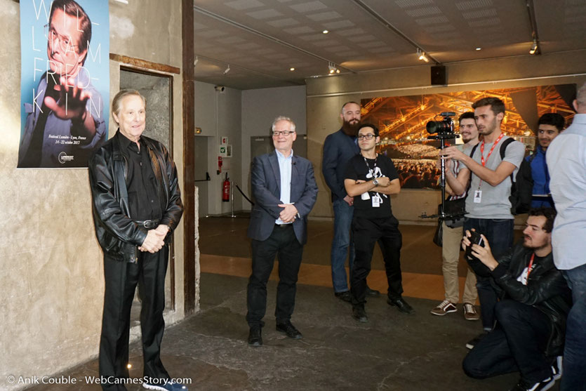 William Friedkin,  posant pour les photographes, avant la présentation, de son film Le Convoi de la peur,  à l'Institut Lumière - Festival Lumière 2017 - Photo © Anik Couble