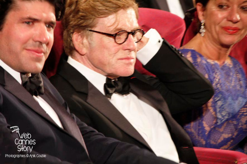 Robert Redford, entouré de son épouse Sybille et de J.C. Chandor, réalisateur de «All is lost»  - Festival de Cannes 2013 - Photo © Anik COUBLE